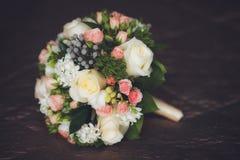关闭在黑暗的背景的美丽的婚礼花束 库存图片