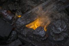 关闭在钻木取火的火焰在舒适温暖的冬天壁炉 库存图片