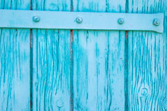 关闭在绿松石的被绘的木门 库存图片