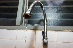 关闭在水水管的射击有水水滴的 免版税图库摄影