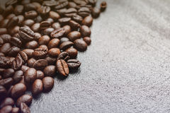 关闭在黑背景的咖啡豆 库存图片