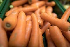 关闭在a的可口和五颜六色的充满活力的橙色红萝卜 免版税库存照片
