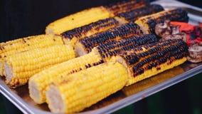 关闭在bbq格栅的开胃烤甜玉米 股票视频