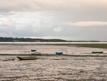 关闭在manningtree的出海口场面与被停泊的小船 图库摄影