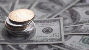 关闭在othe硬币上面的金子Bitcoin在票据的100美元 与美国的全世界真正互联网金钱 影视素材