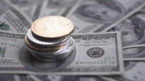 关闭在othe硬币上面的金子Bitcoin在票据的100美元 与美国的全世界真正互联网金钱 股票视频