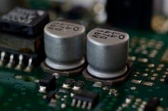 关闭在PCB的铝电解电容 免版税库存照片