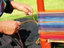 关闭地道礼服松捻大麻制成的绳索的秘鲁夫人由ha 免版税库存照片