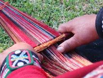 关闭地道礼服松捻大麻制成的绳索的秘鲁夫人由ha 库存照片