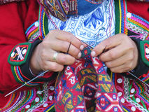 关闭地道礼服松捻大麻制成的绳索的秘鲁夫人由ha 图库摄影