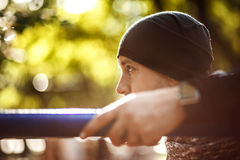 关闭坚强的活跃人画象有适合强健的身体的 做锻炼锻炼 体育和健身概念 免版税库存照片