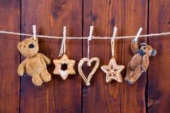 关闭垂悬的姜饼和玩具熊-土气国家 库存图片