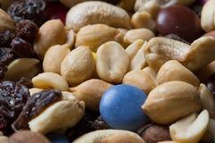 关闭堆与坚果、葡萄干和糖果的足迹混合 库存图片