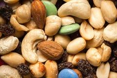 关闭堆与坚果、葡萄干和糖果的足迹混合 库存照片
