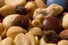 关闭堆与坚果、葡萄干和糖果的足迹混合 免版税图库摄影