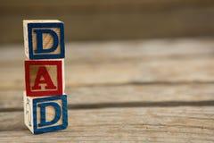 关闭堆与爸爸文本的立方体形状在桌上 免版税库存照片
