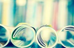 关闭堆积与模糊的bo的五颜六色的杂志边缘卷 免版税库存照片