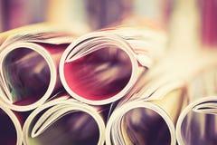 关闭堆积与模糊的bo的五颜六色的杂志边缘卷 免版税库存图片