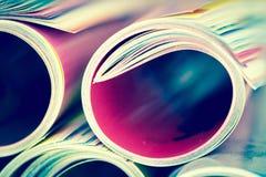 关闭堆积与模糊的bo的五颜六色的杂志边缘卷 库存图片