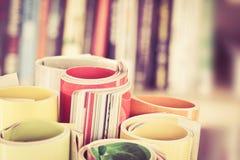 关闭堆积与模糊的bo的五颜六色的杂志边缘卷 库存照片