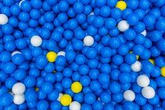 关闭塑料玩具五颜六色的球在chil的操场 库存图片