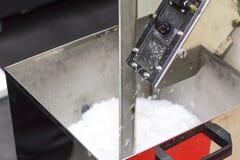 关闭塑料芯片或小块秋天的放电口岸倾销推车或容器从压碎器机器在工业 库存图片