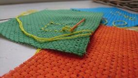 关闭塑料针和螺纹在钩针编织板料 免版税图库摄影