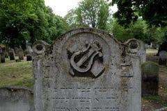 关闭墓碑照片在历史的犹太公墓在布兰蒂街,白教堂,东伦敦 照片显示sy的里拉琴或的竖琴 图库摄影