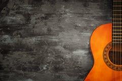 关闭声学吉他反对木背景 免版税库存照片