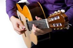 关闭声学吉他古典吉他弹奏者的人 库存照片