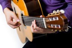 关闭声学吉他古典吉他弹奏者的人 免版税库存照片