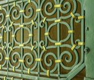 关闭外在历史的教会绿色和黄色装饰的金属门在西西里岛 库存图片