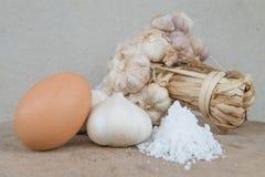 关闭大蒜鸡蛋和盐 免版税库存图片