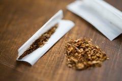 关闭大麻或烟草卷烟纸 库存照片