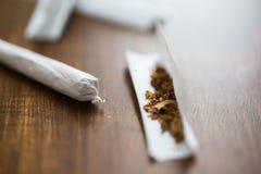 关闭大麻联接和烟草 免版税库存图片