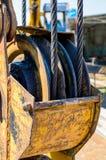 关闭大滑轮看法非常重的起重机勾子的 免版税库存图片