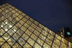 关闭天窗好的玻璃金字塔在夜巴黎,法国 图库摄影