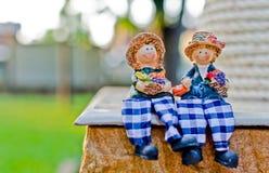 关闭夫妇玩偶开会微笑并且放松 免版税图库摄影