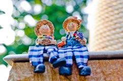 关闭夫妇玩偶开会微笑并且放松 库存照片