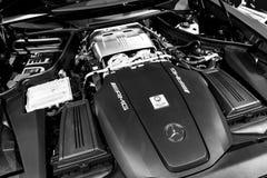 关闭奔驰车引擎AMG广义相对论2018年V-8双涡轮外部细节 强有力的被手工造的引擎 黑色白色 库存照片