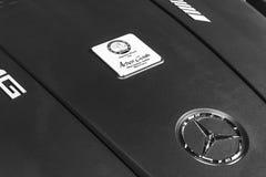 关闭奔驰车引擎AMG广义相对论2018年V-8双涡轮外部细节 强有力的被手工造的引擎 黑色白色 免版税库存照片