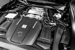 关闭奔驰车引擎AMG广义相对论2018年V-8双涡轮外部细节 强有力的被手工造的引擎 黑色白色 免版税图库摄影