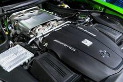 关闭奔驰车引擎AMG广义相对论2018年V-8双涡轮外部细节 强有力的被手工造的引擎 库存照片