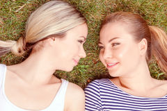 关闭女同性恋的夫妇在公园 免版税图库摄影