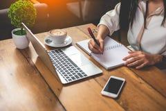 关闭女商人与文件和膝上型计算机一起使用 免版税库存照片