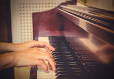 关闭女孩手,弹钢琴 葡萄酒口气filte 免版税图库摄影