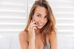关闭女孩画象比基尼泳装的谈话在电话 免版税库存照片