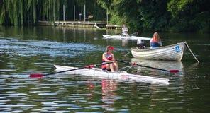 关闭女性划船者,在河Ouse的纽瓦克俱乐部圣的Neots 图库摄影