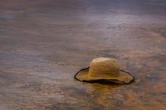 关闭女性帽子在盛大多彩春天,中途喷泉水池,黄石国家公园 库存照片