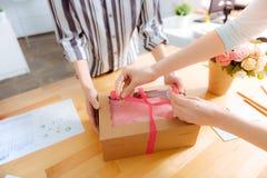 关闭女性手栓在弓的箱子 图库摄影